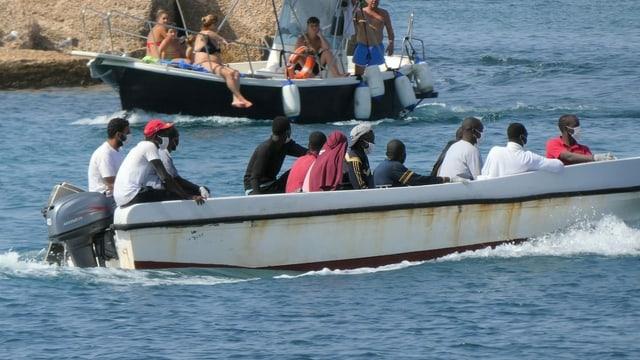 Eine Aufnahme vom 21. August 2020 vor der italienischen Insel Lampedusa. Die Boote der Migranten sind oft kaum seetüchtig.