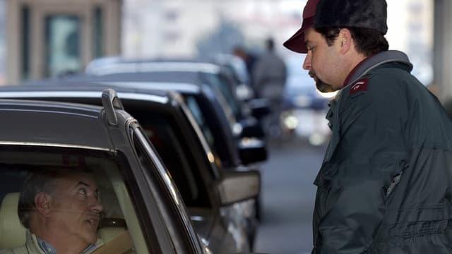 Ein Grenzwächter kontrolliert einen Autofahrer zur Grenze nach Italien.
