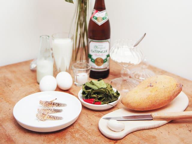 Frittierte Heuschrecken und Grillen an einer Mangocrème