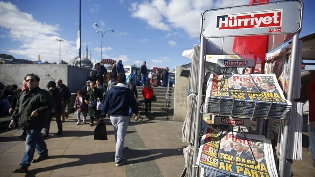 Zeitungsstand mit türkischen Zeitungen auf einem belebten Platz