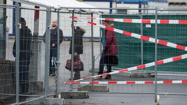 Flüchtlinge stehen hinter Abschrankungen auf dem Thuner Waffenplatz
