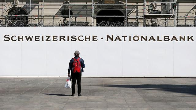Mann vor Nationalbankgebäude