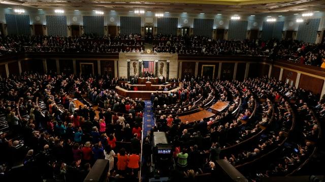 Voll besetzter Kongressaal der USA mit Blick auf das Rednerpult