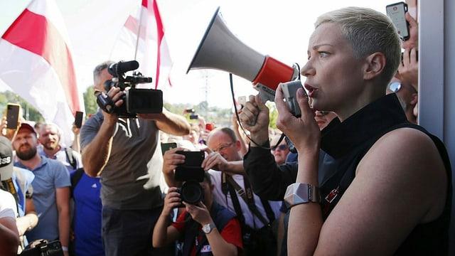 Freiheits-Aktivistin Maria Kolesnikova spricht durch ein Megaphon.