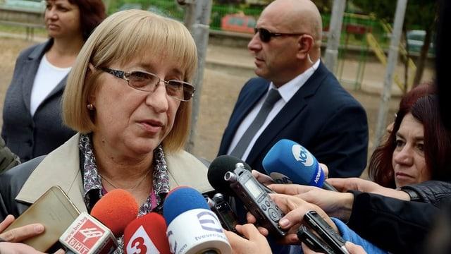 Zezka Zatschewa gibt Journalisten nach ihrer Stimmabgabe Auskunft.