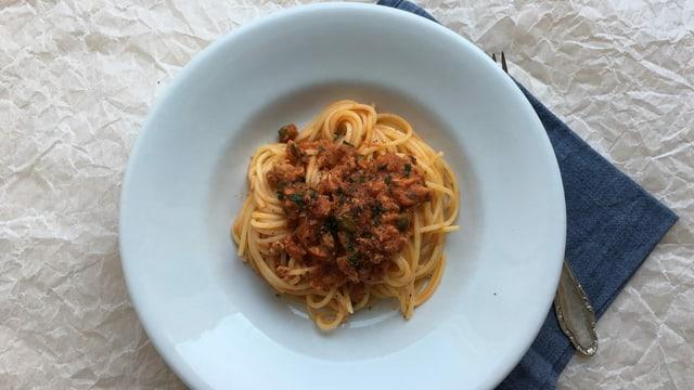 Ein Teller mit Spaghetti an Thonsauce.