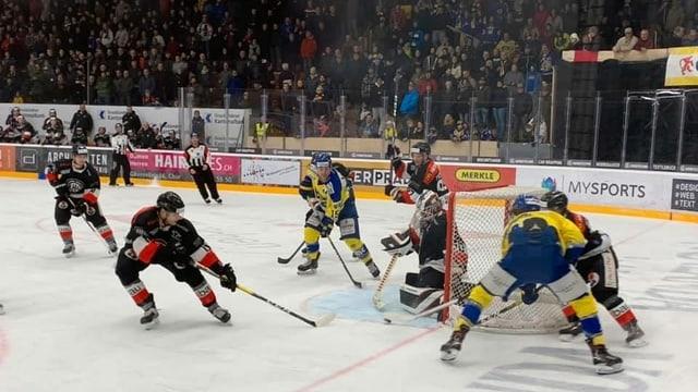 Ina scena difficila avant in gol da hockey.