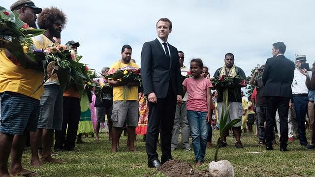Macron mit Einheimischen