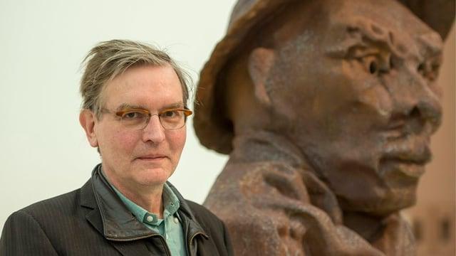 Portrait Thomas Schütte neben einem seiner Statuen