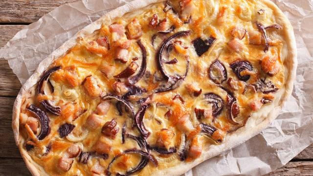 Eine Pizza mit Gemüse-Resten.