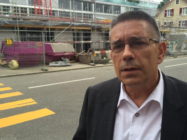 Markus Schneider vor einer Baustelle