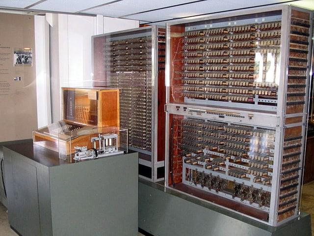 Ein grosser Computer – der Z3 – in Vitrinen.