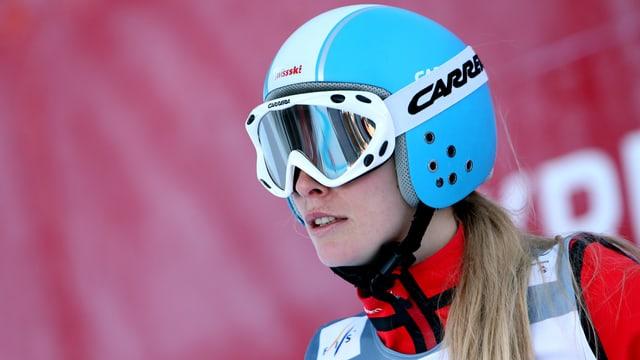 Priscilla Annen mit aufgesetztem Helm.