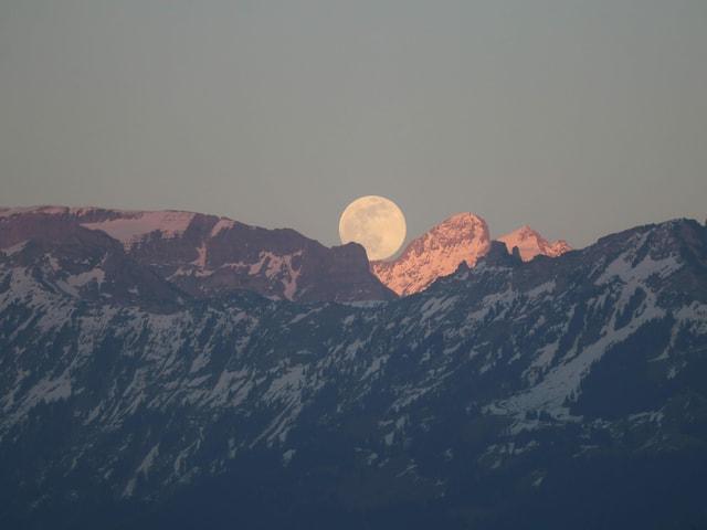 Mond hinter den Bergen.