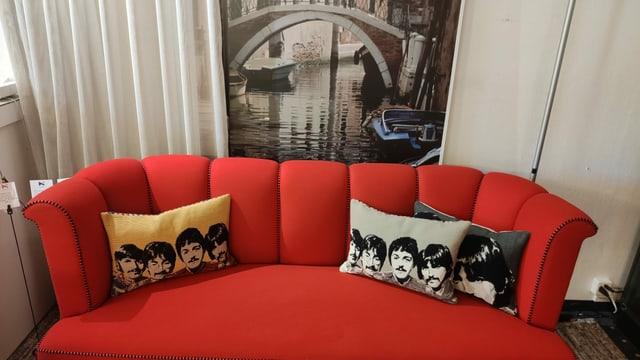 Ein Sofa mit Kissen