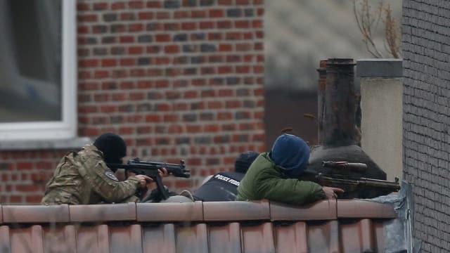 Policists durant l'acziun anti-terror a Brüssel.