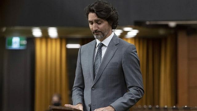 Premierminister Justin Trudeau verliest eine Erklärung zum Fund des Massengrabs.