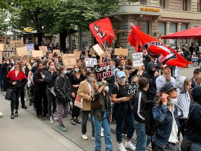 Demonstrierende in der Bahnhofstrasse Zürich