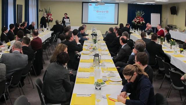 Ein Saal voll Kaderleute, im Hintergrund die Referentin Esther Gassler und eine Leinwand.