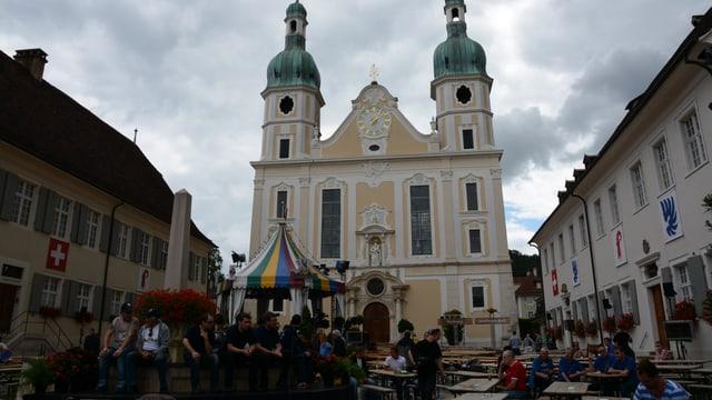 Donnschtag-Jass Zelt vor der Kirche