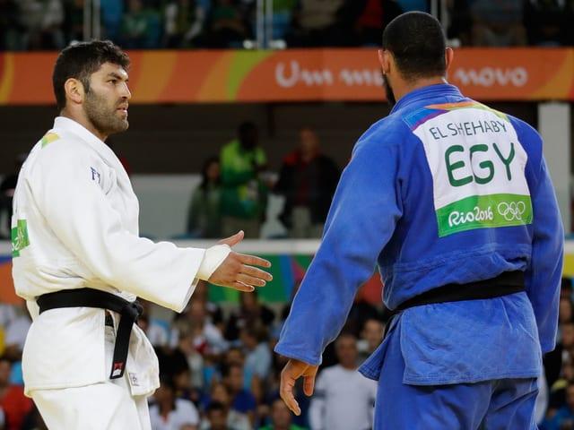 Or Sasson streckt die Hand aus, Islam El Shebaby reagiert nicht.