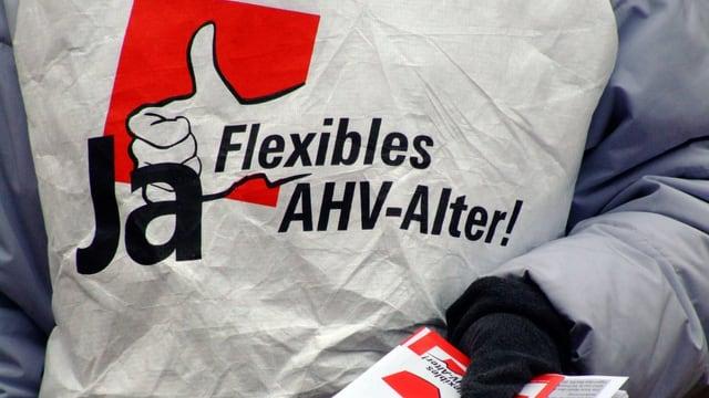AHV-Reform-Befürworter verteilt Flyers.