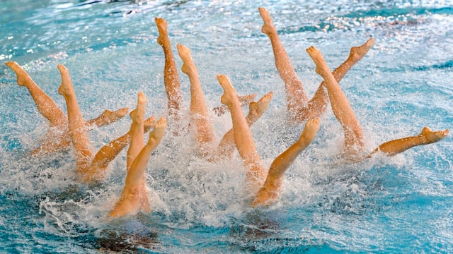 Perfektion: Die Chinesinnen zeigen Wassermikado in beinahe überirdischer bzw. unterwassriger Synchronität.