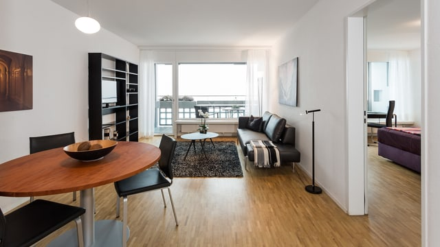 Ein modern eingerichtetes Zimmer.