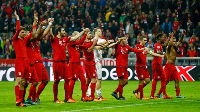 Il FC Bayern München vid celebrar la victoria ensemen cun ils fans.