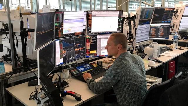 Aktienhändler Thomas Kilian hinter den sechs Bildschirmen