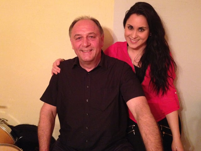 Carmen musiziert regelmässig mit ihrem Vater im Proberaum des Elternhauses.