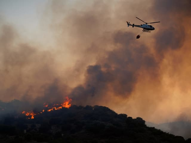 Löschhelikopter über Brandherd