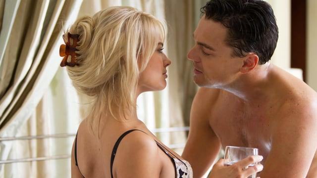 Ein nackter Mann versucht, eine halbnackte Frau zu küssen.