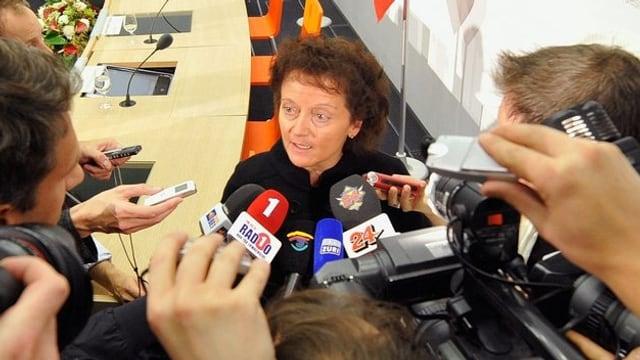 Widmer-Schlumpf nach der Pressekonferenz zur UBS-Rettung umringt von Medienleuten.
