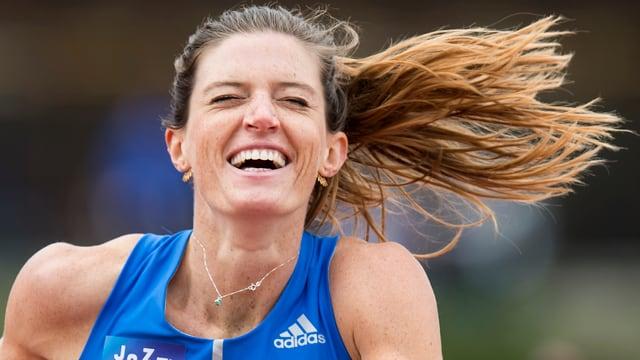 Lea Sprunger in einem blauen Leichtathletik-Dress.