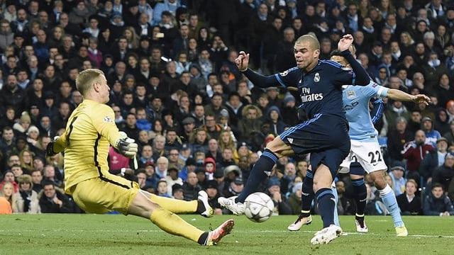 A Pepe (dre.) da Real Madrid n'èsi betg reussì da far in gol - Joe Hart (san.) da Manchester City tegna si el.