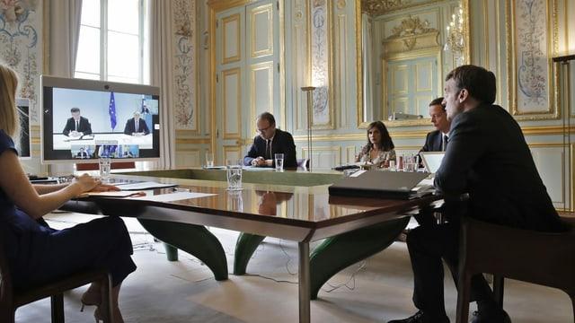 Macron an Videokonferenz.