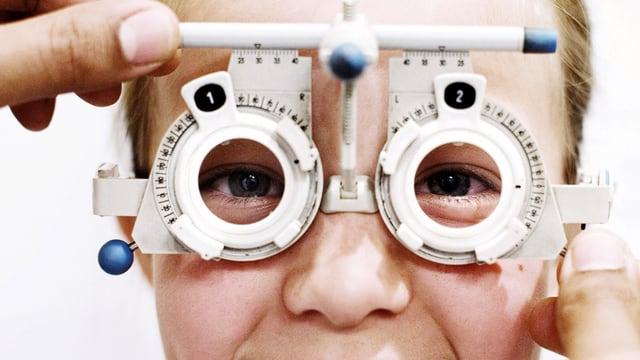 Mädchenkopf in optischem Testgerät