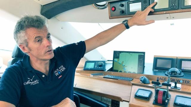 Ein Mann im Cockpit eines Schiffs.