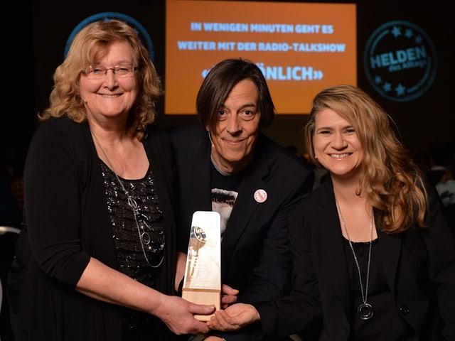 Die beiden glücklichen Preisträgerinnen mit dem Pokal und Pedro Lenz.