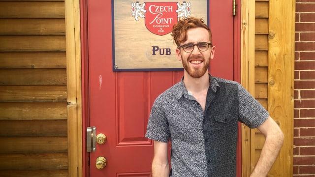 Max Hawkins vor einem tschechischen Pub.