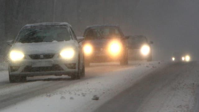 Autos auf schneebedeckter Strasse