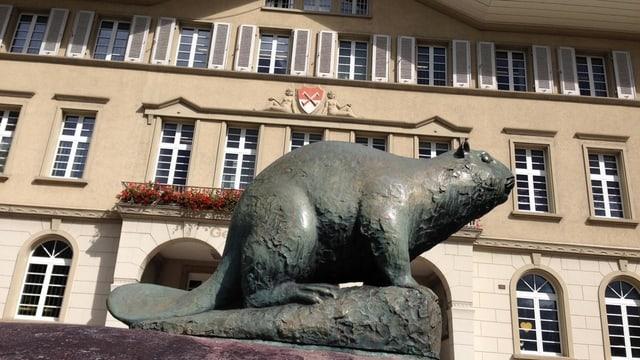 Messing-Biber vor Verwaltungsgebäude