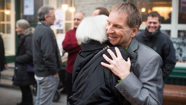 Peter Jans wird von einer Gratulatin umarmt.