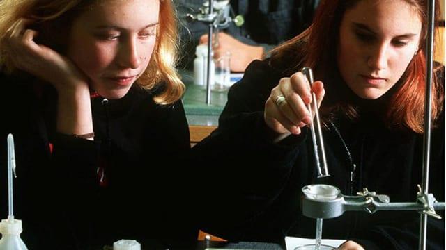 Zwei Schülerinnen während des Chemieunterrichts