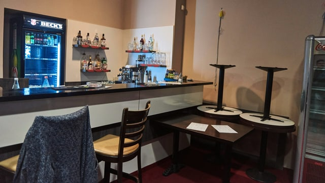Eine trostlose Bar mit ein paar Stühlen.