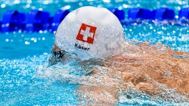 Yannick Käser schwimmt im Wasser.