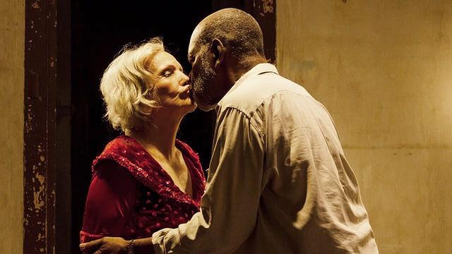Das ältere Paar küsst sich leidenschaftlich.