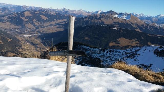 Blick auf das Saanenland und die ersten beschneiten Pisten im Jahr 2016.