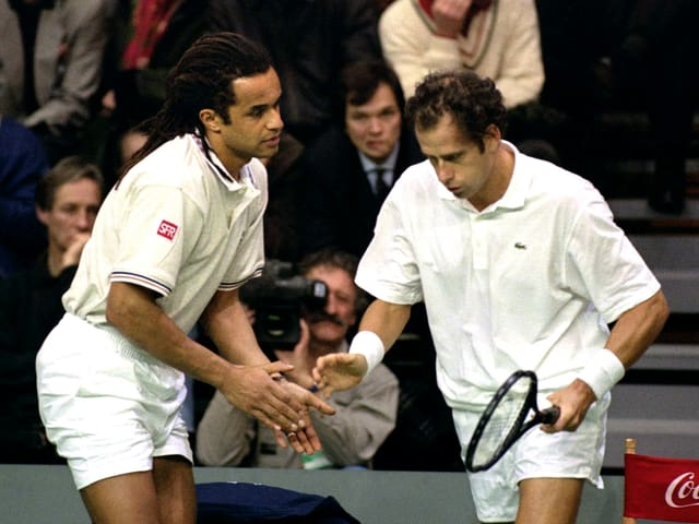 Yannick Noah spornt Guy Forget im Davis-Cup-Final 1991 an.